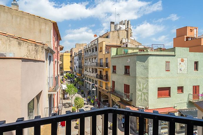 Large apartment with 3 bedrooms and terrace in the center of Palafrugell.