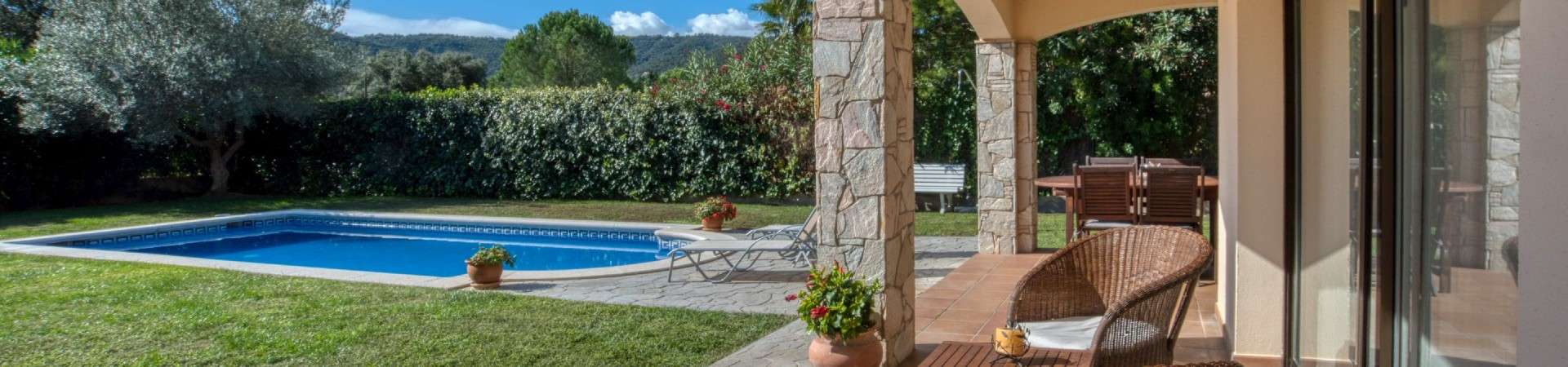 Single-storey house with pool and large basement in Cabanyes